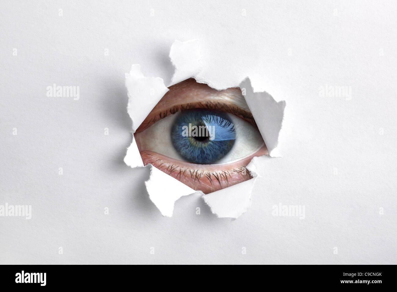 Blick durch ein Loch im Weißbuch Stockbild
