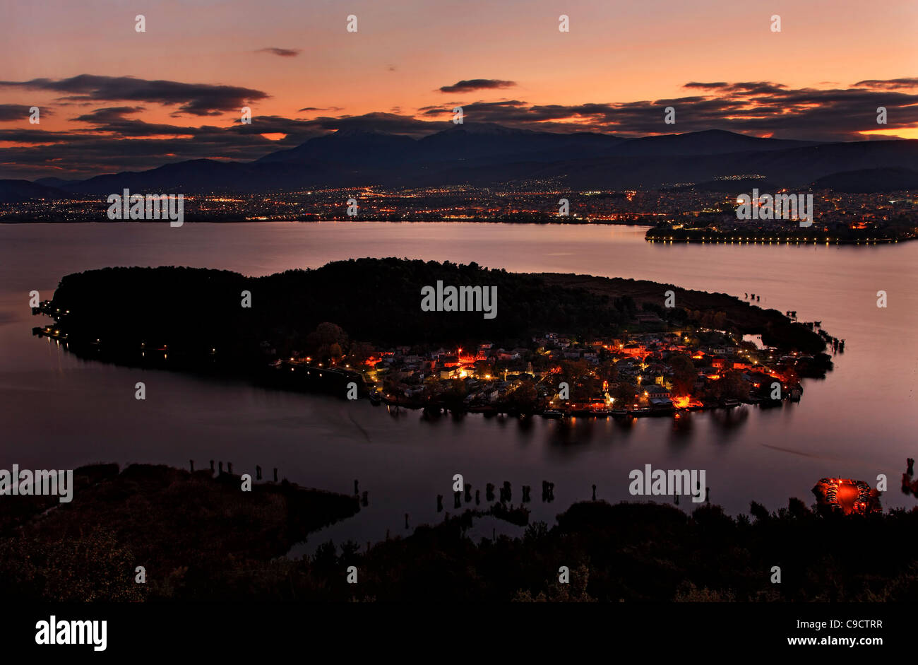 """Sonnenuntergang Panorama von Ioannina Stadt, den See ('Pamvotis' oder """"Pamvotida""""), die Insel Stockbild"""