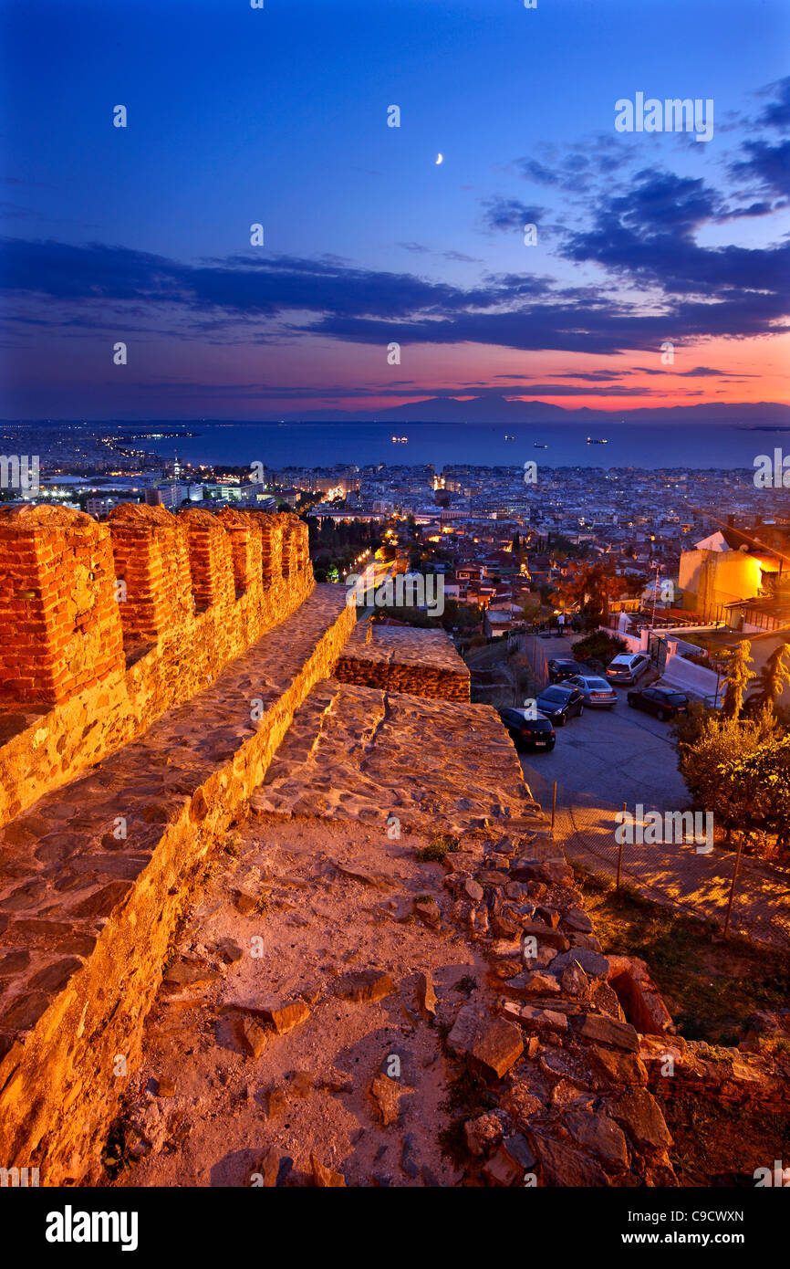 """Panoramablick von Thessaloniki von den Wänden (""""Trigoniou Turm"""") der Ano Poli (bedeutet """"Oberstadt""""). Stockbild"""