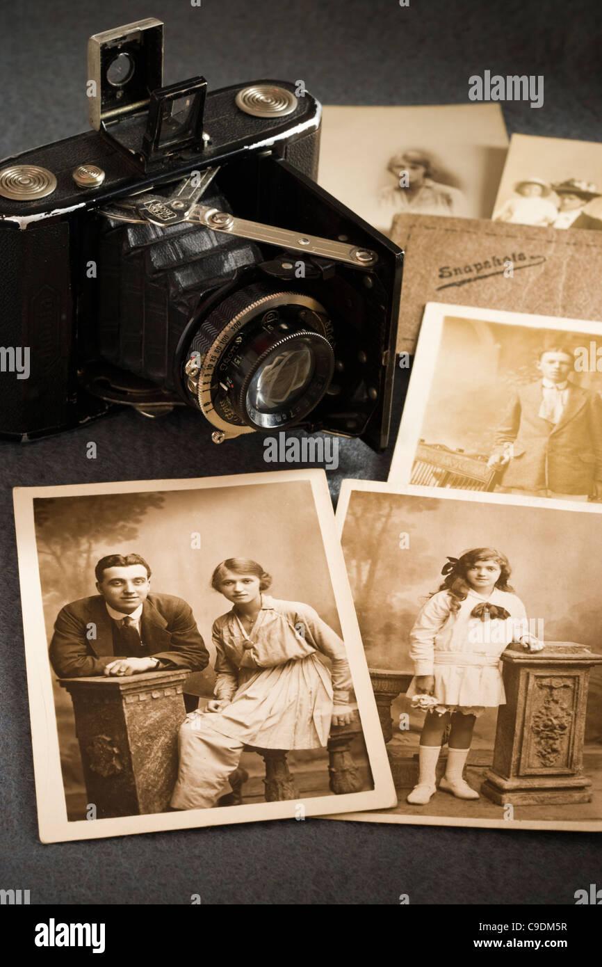 Alte Kamera und alte Fotografien. Stockbild