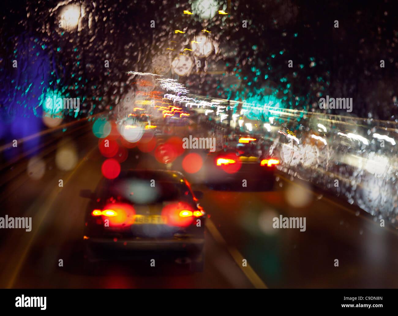 Spät in der Nacht nass Regen auf Windschutzscheibe schlechter Sicht während der Fahrt aus London im Feierabendverkehr Stockbild