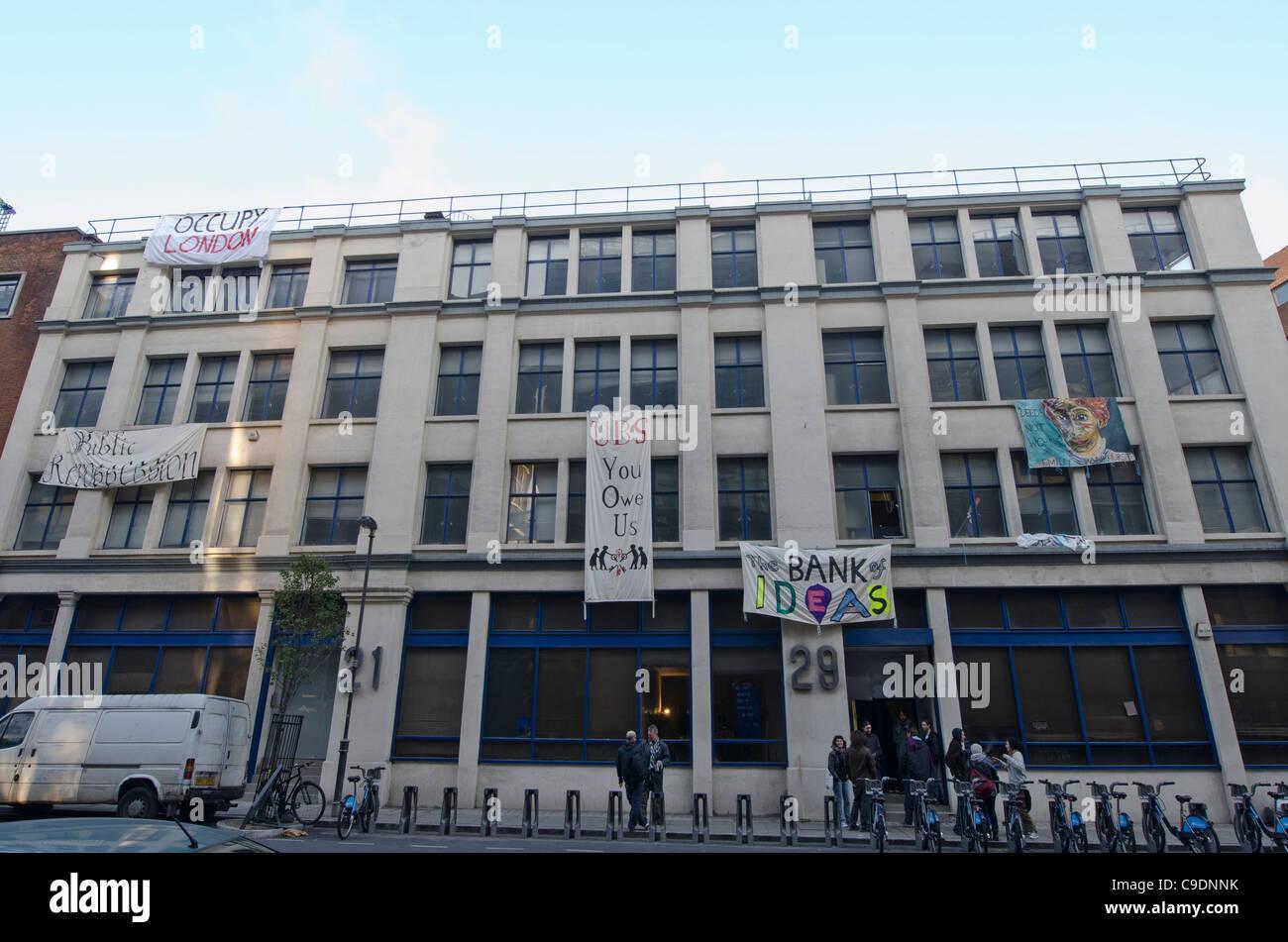 Wirtschaftliche Gerechtigkeit Aktivisten besetzt einer verlassenen Bürohaus im Besitz der Bank UBS öffnete Stockbild