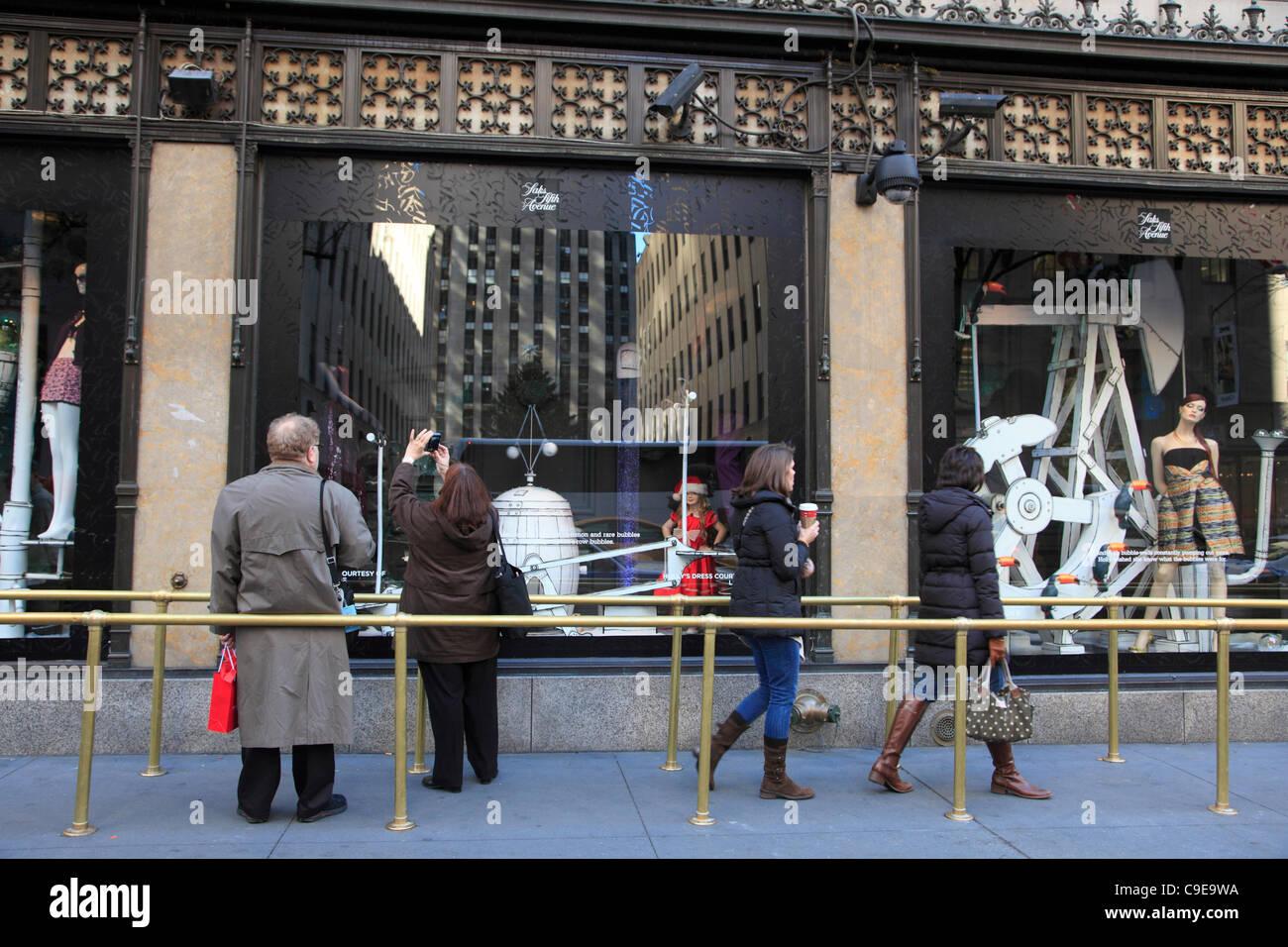 Fenster von Saks Fifth Avenue Kaufhaus dekoriert für Weihnachten ...