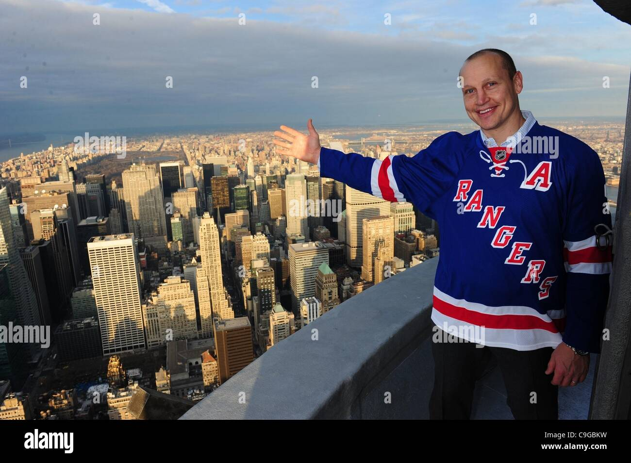 22. Dezember 2011 - Manhattan, New York, USA - NHL-Alumnus und New York Ranger ADAM GRAVES. Das Empire State Building Stockbild