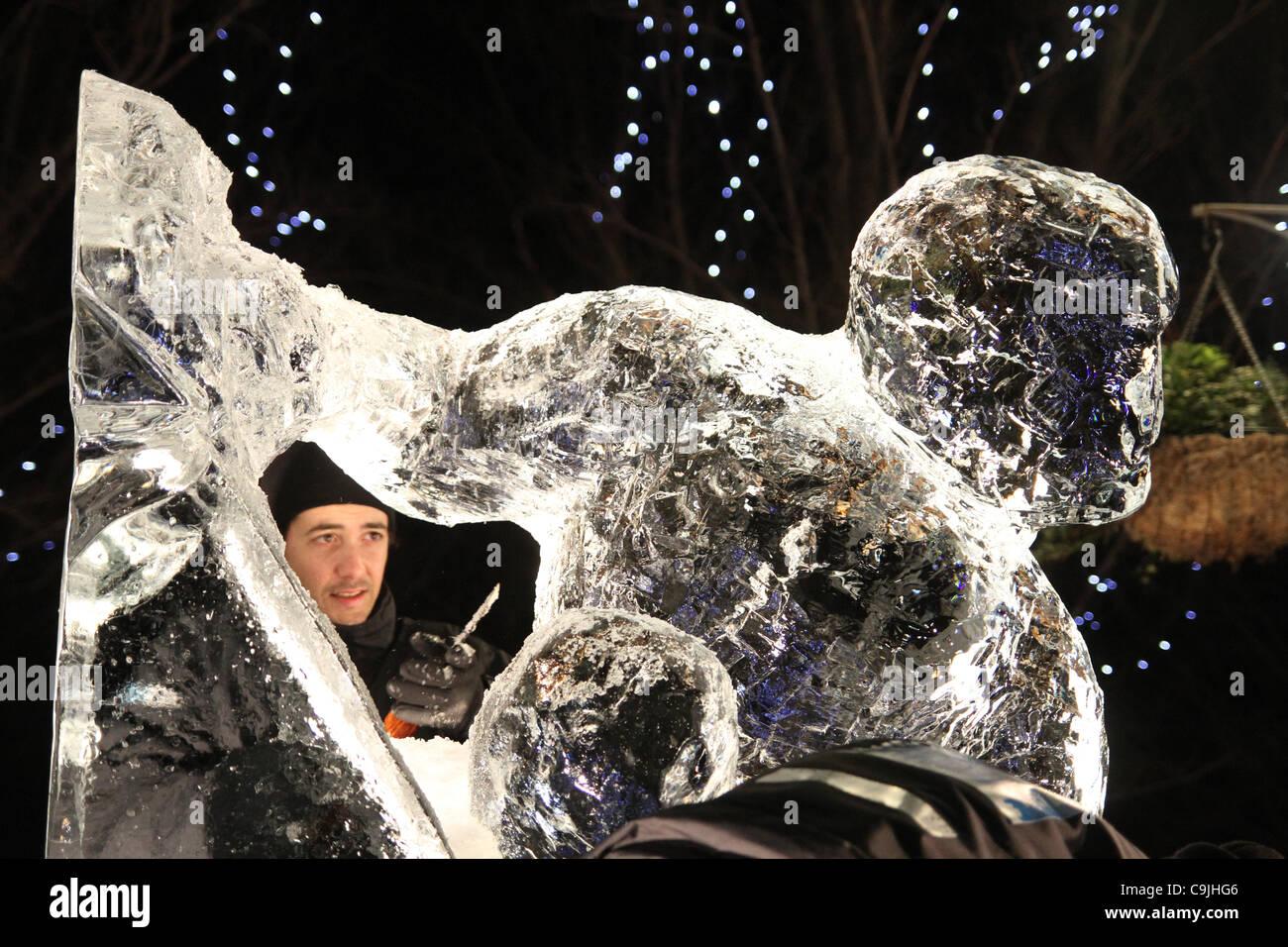Das portugiesische Team bestehend aus Pedro Mira & Niall Magee Meißel auf ihre Eis-Skulptur am 4. jährlichen Stockbild