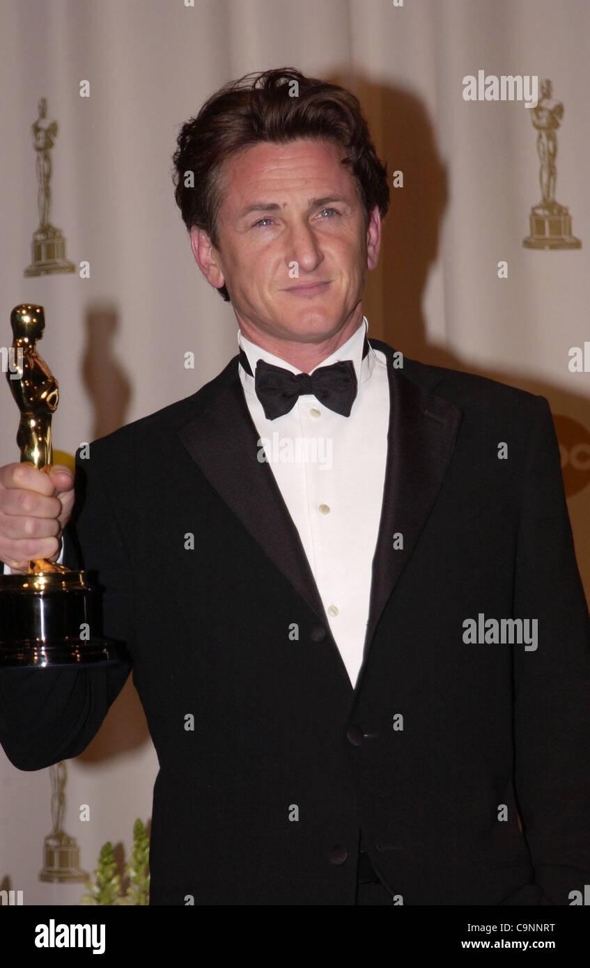 "29. Februar 2004; Hollywood, Kalifornien, USA; Oscar-Verleihung 2004: Schauspieler SEAN PENN Gewinner als bester Schauspieler in ""Mystic River"" im Presseraum an der 76th Annual Academy Awards statt im Kodak Theatre in Hollywood...  (Bild Kredit: Paul Fenton/ZUMAPRESS.com) Stockfoto"