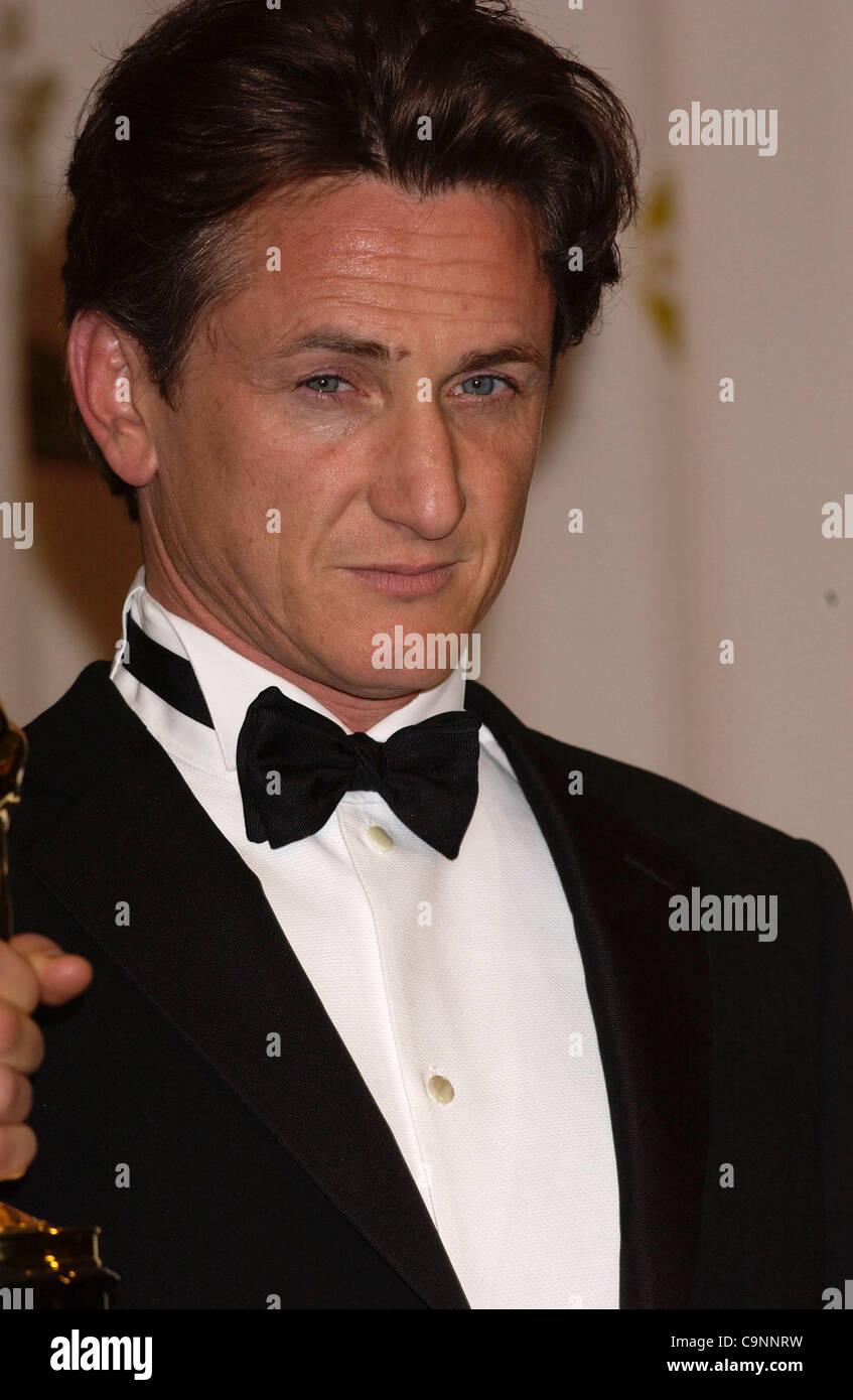 """29. Februar 2004; Hollywood, Kalifornien, USA; Oscar-Verleihung 2004: Schauspieler SEAN PENN, der """"Bester Schauspieler"""" für """"Mystic River"""" im Presseraum an der 76th Annual Academy Awards gewann im Kodak Theatre in Hollywood statt.   (Bild Kredit: Paul Fenton/ZUMAPRESS.com) Stockfoto"""