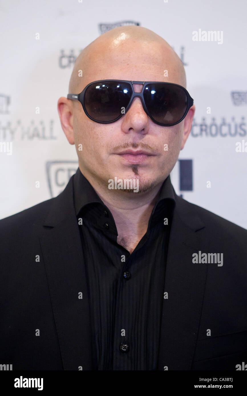 Pitbull Singer Stockfotos Pitbull Singer Bilder Seite 3 Alamy