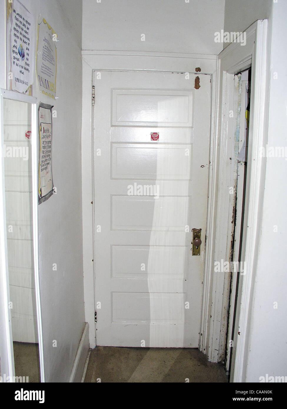Police In Kitchen Stockfotos & Police In Kitchen Bilder - Alamy