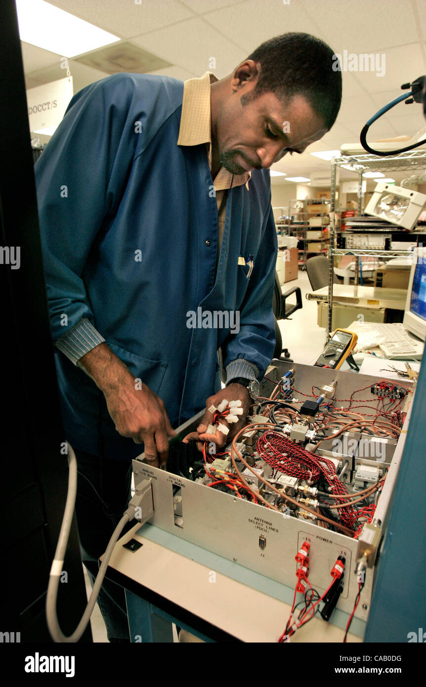 Während der Arbeit ViaSat, ersetzt Inc. in Carlsbad Techniker ...