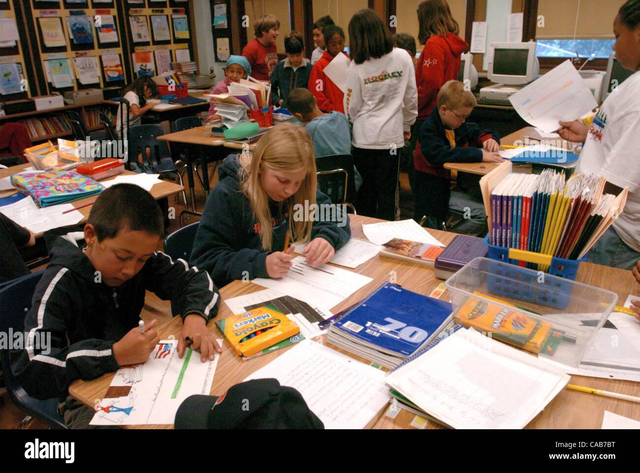 (l, R) Gus Robinson, 10, und Emma stehen, 10, perfektionieren ihre Umfrage-Grafiken in der Klasse an Monclair Grundschule Stockbild