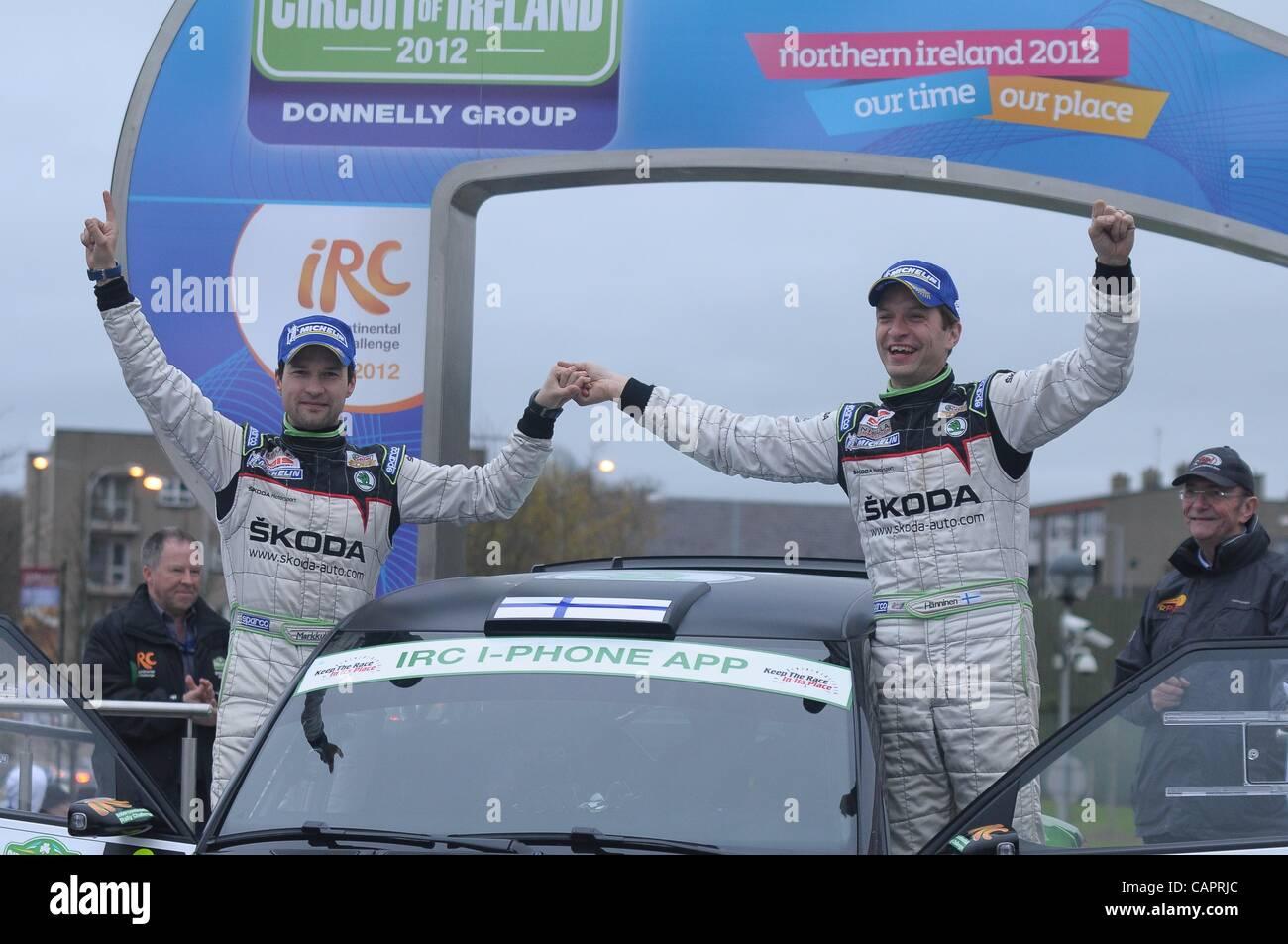 Finnischen Fahrer Juho Hänninen, Recht, feiert mit seinem Navigator Mikko Markkula, wie sie die Schaltung von Stockbild