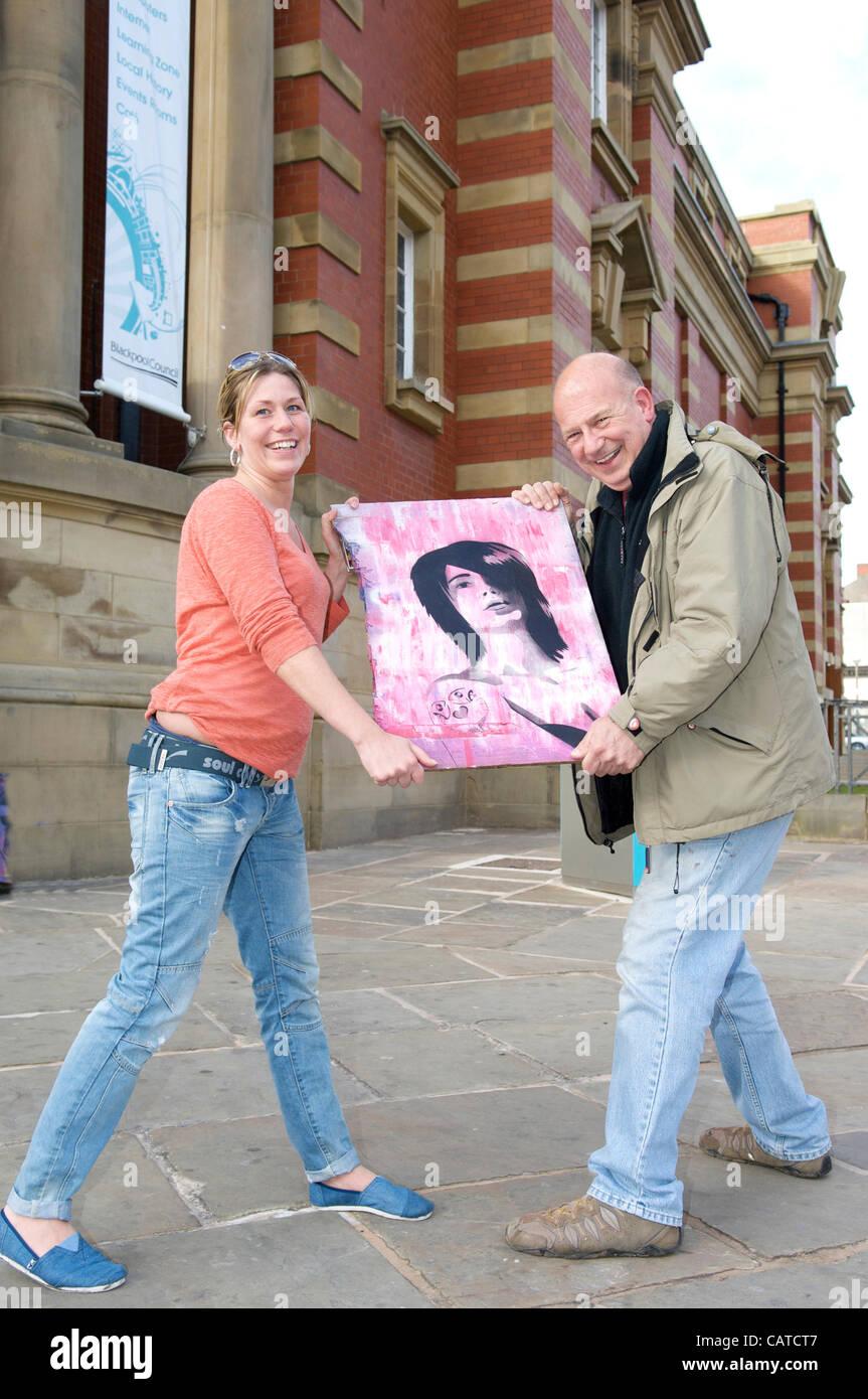 Es ist ein Give-away. Nicola Anderson von Blackpool ringt ein Stück ...