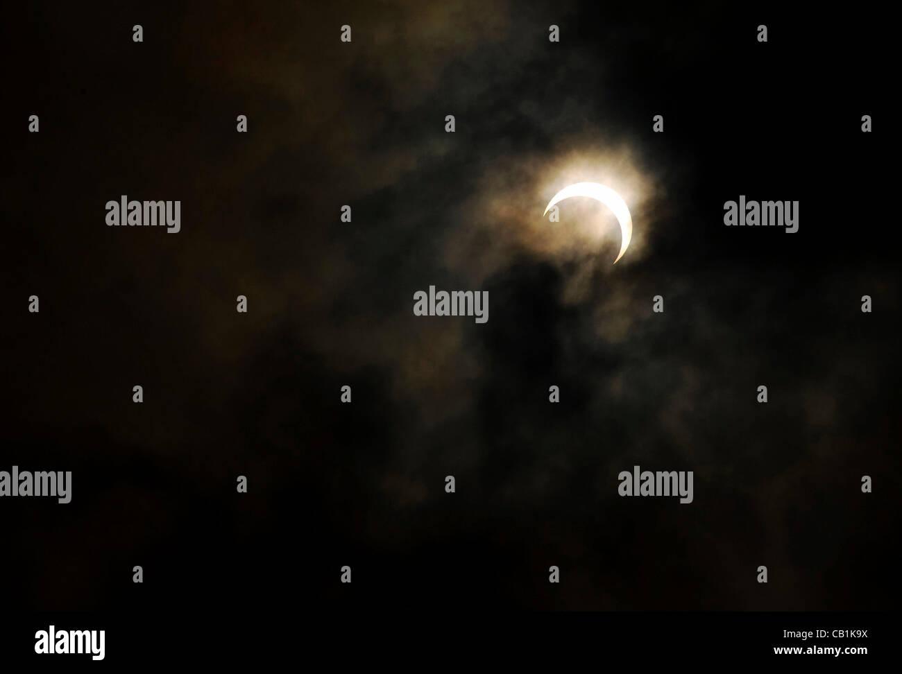 Das Foto zeigt die Sonnenfinsternis, die den Himmel von Tokio und in ganz Asien auf Freitag, 25. Mai 2012 überschritten. Stockbild