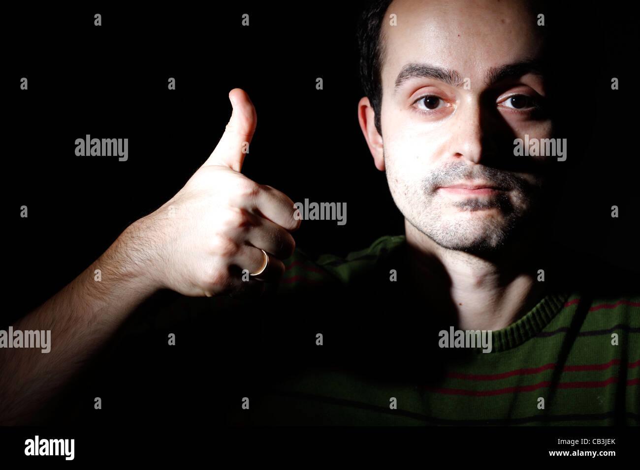 Porträt eines jungen Mannes, auf schwarzem Hintergrund isoliert Stockbild