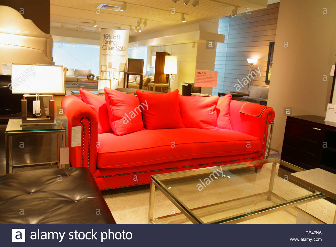 Red Sofa In Store Stockfotos & Red Sofa In Store Bilder - Alamy