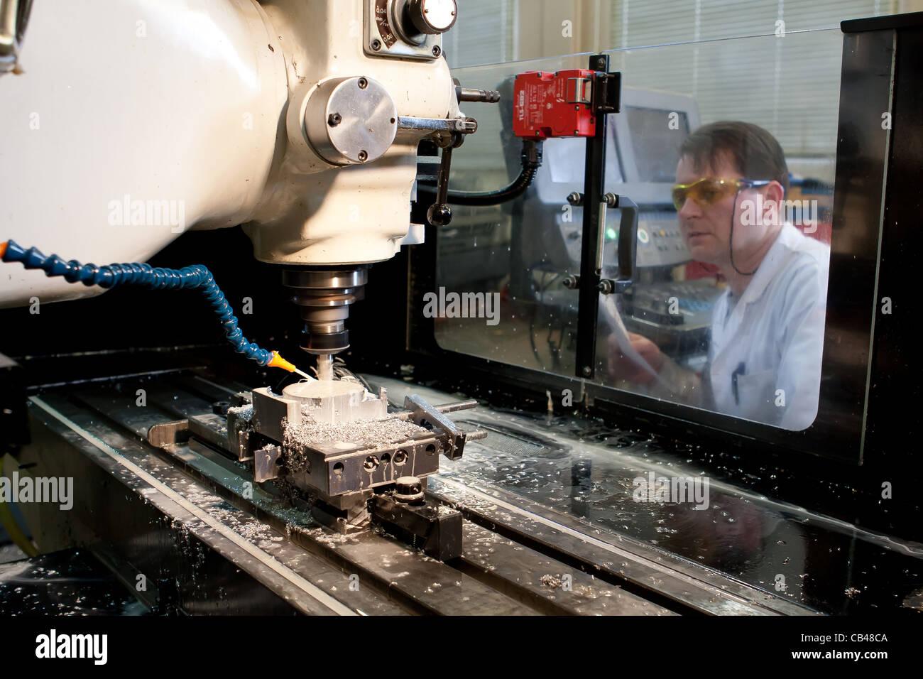 Maschinenbau techniker ingenieur arbeitet eine cnc for Maschinenbauingenieur nc