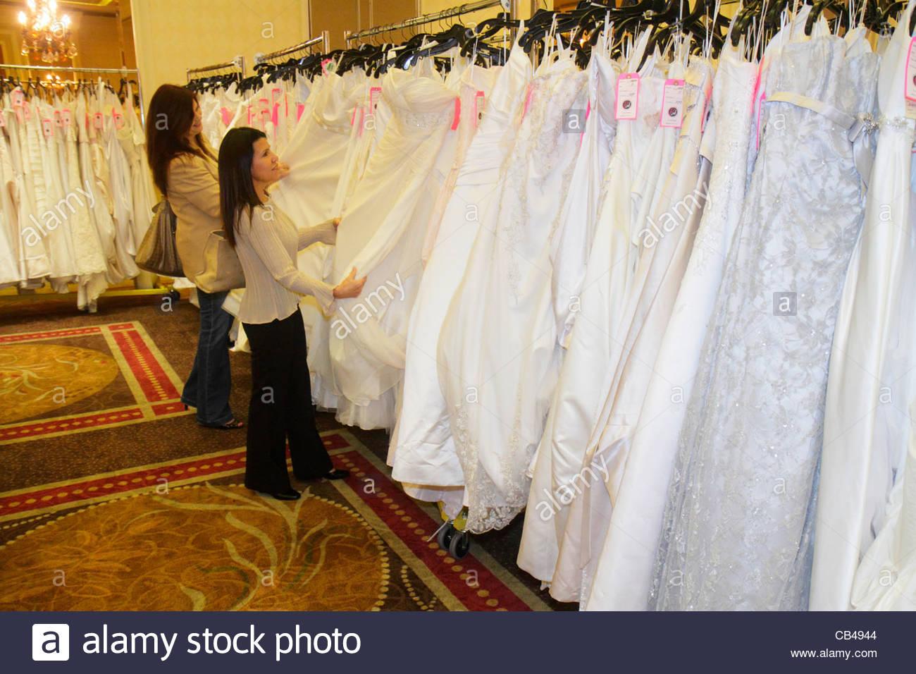 Dresses Shoppers Stockfotos & Dresses Shoppers Bilder - Seite 2 - Alamy