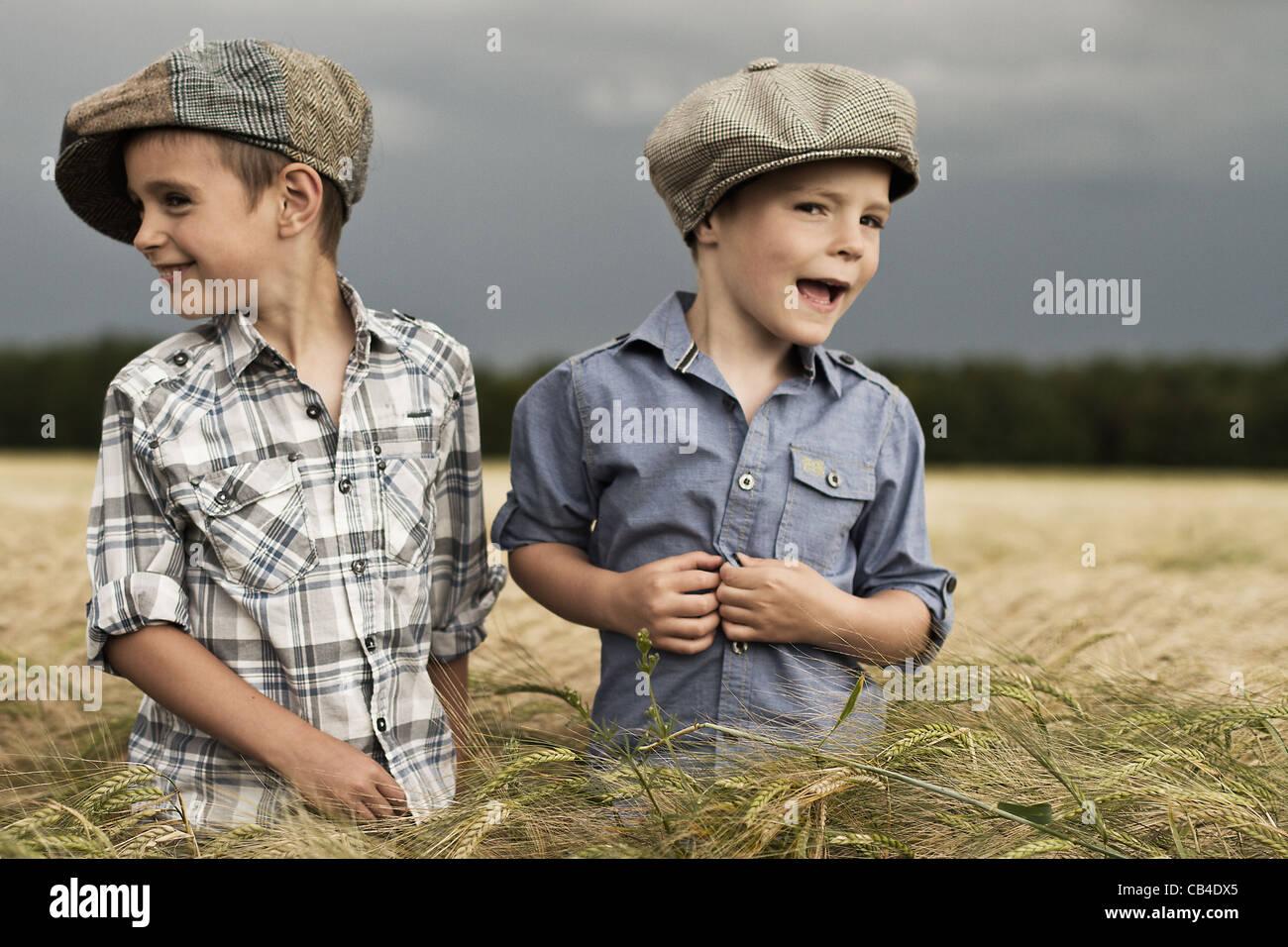 Zwei junge Landwirte in einem Maisfeld in Yorkshire Wolds in Farbe Stockbild