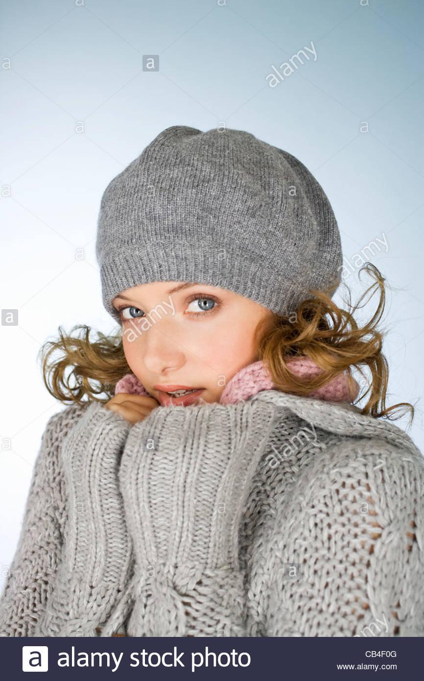Eine junge Frau trägt einen grauen wollenen Hut versucht warm zu halten Stockbild