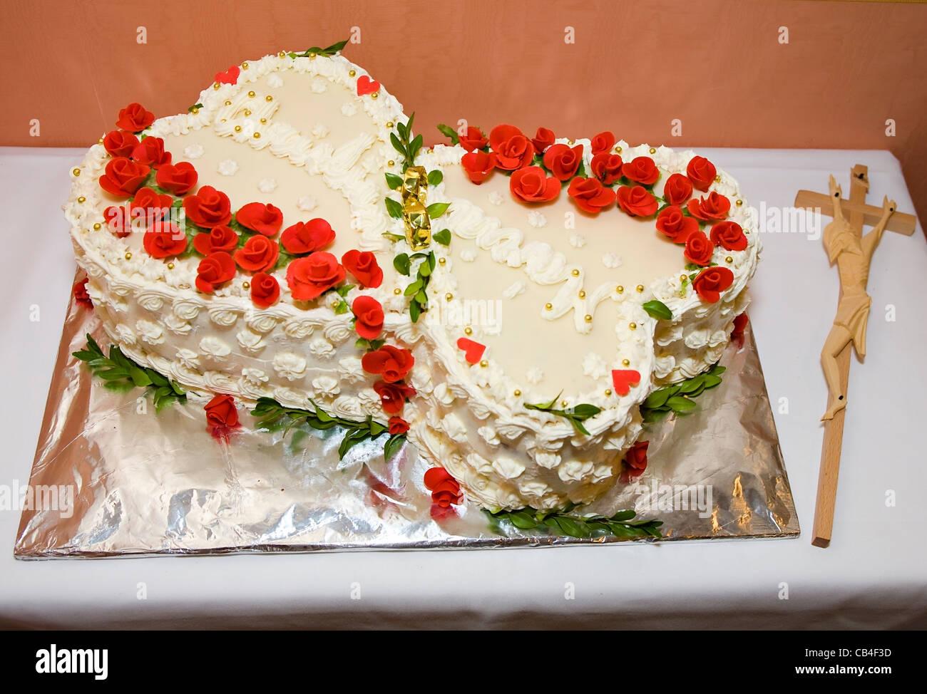 Hochzeitstorte In Form Von Herzen Mit Roten Rosen Aus Holz Zu