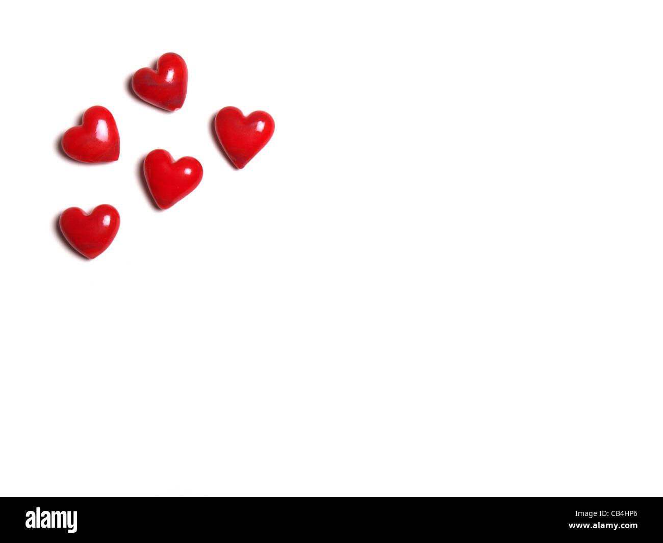 5 rote Keramik Herzen, isoliert auf weißem Hintergrund Stockbild