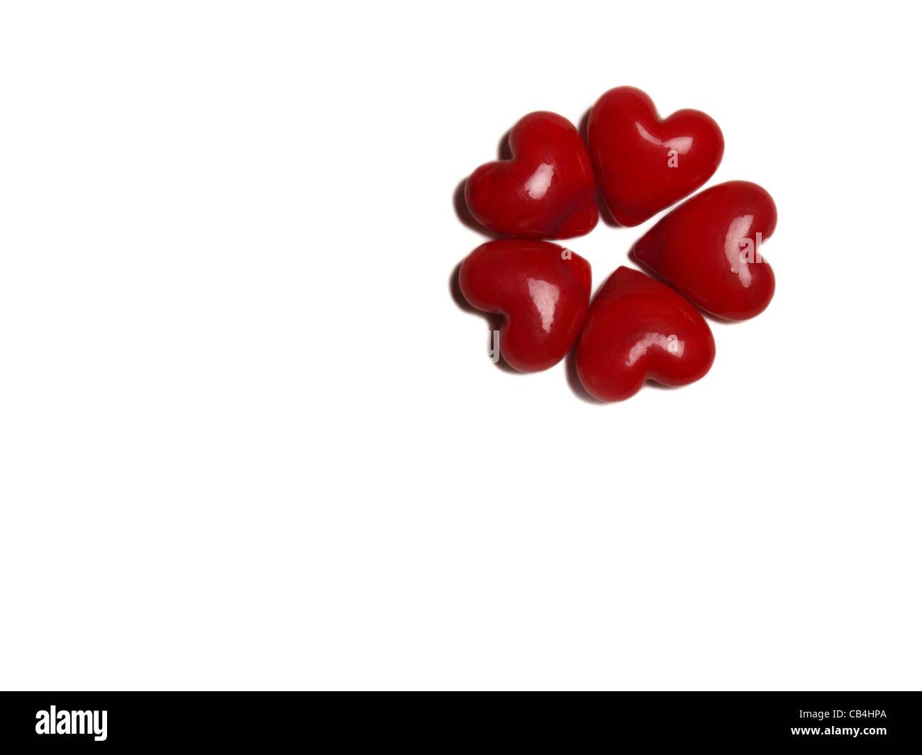 5 rote Keramik Herzen Formgebungstechnologien der Form einer Blume Stockbild