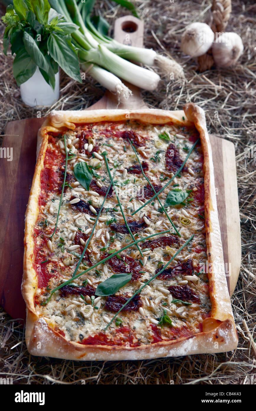 Pizza mit Hüttenkäse und Gartenkraeuter Stockbild