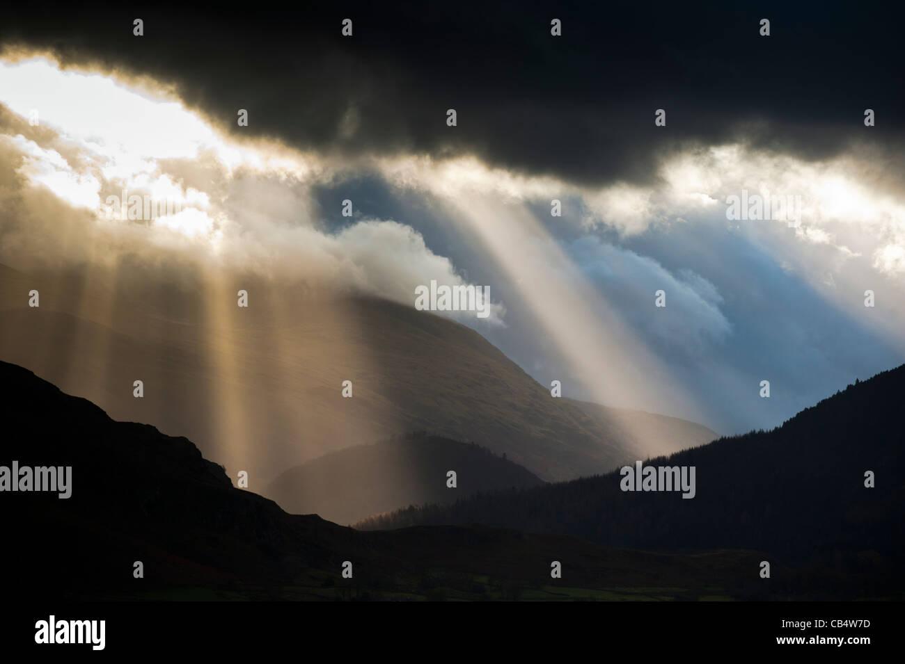 Dramatische Gewitterhimmel über Hügel und Berge im Lake District Cumbria England UK Stockbild