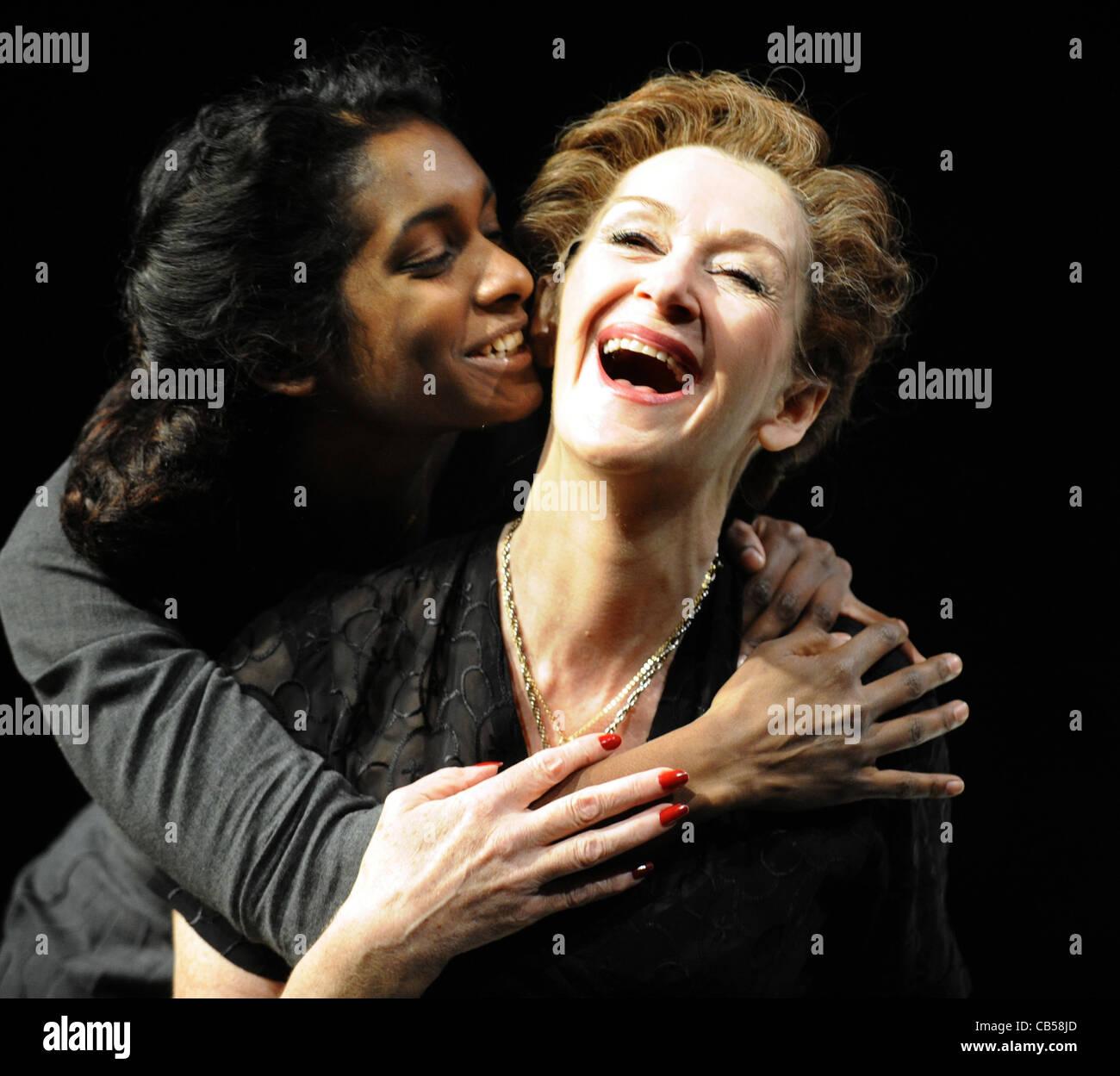 Anneika Rose (links) als Julia und Julie Legrand als Krankenschwester in der Royal Shakespeare Company Produktion Stockbild