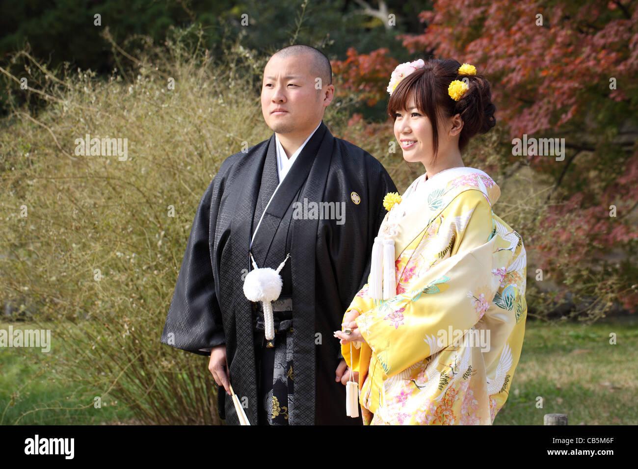 Japanische Braut und Bräutigam in der Kleidung des Kimonos für die ...