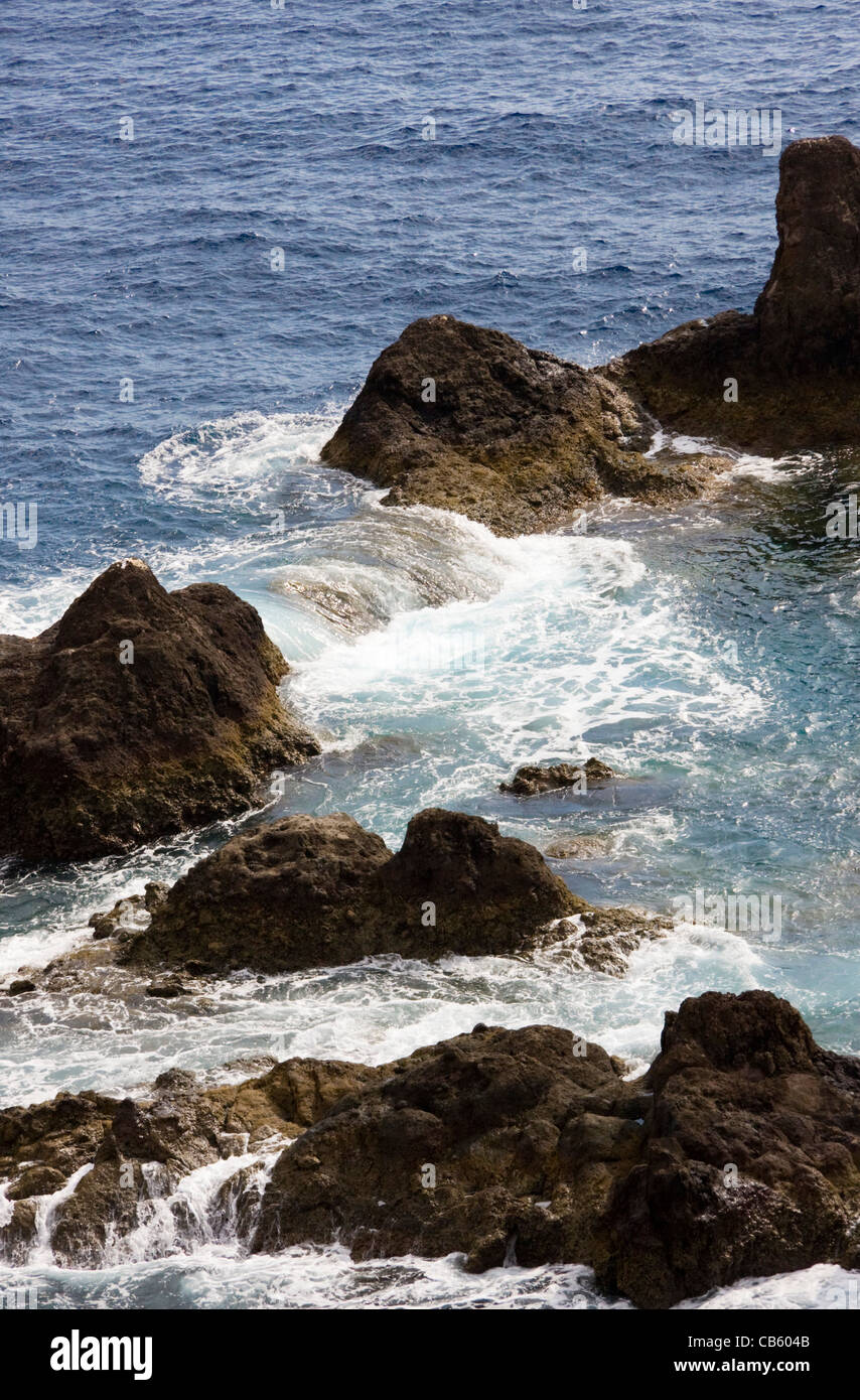 Raue See und Felsen, Ponta da Cruz, in der Nähe von Funchal, Madeira Stockfoto
