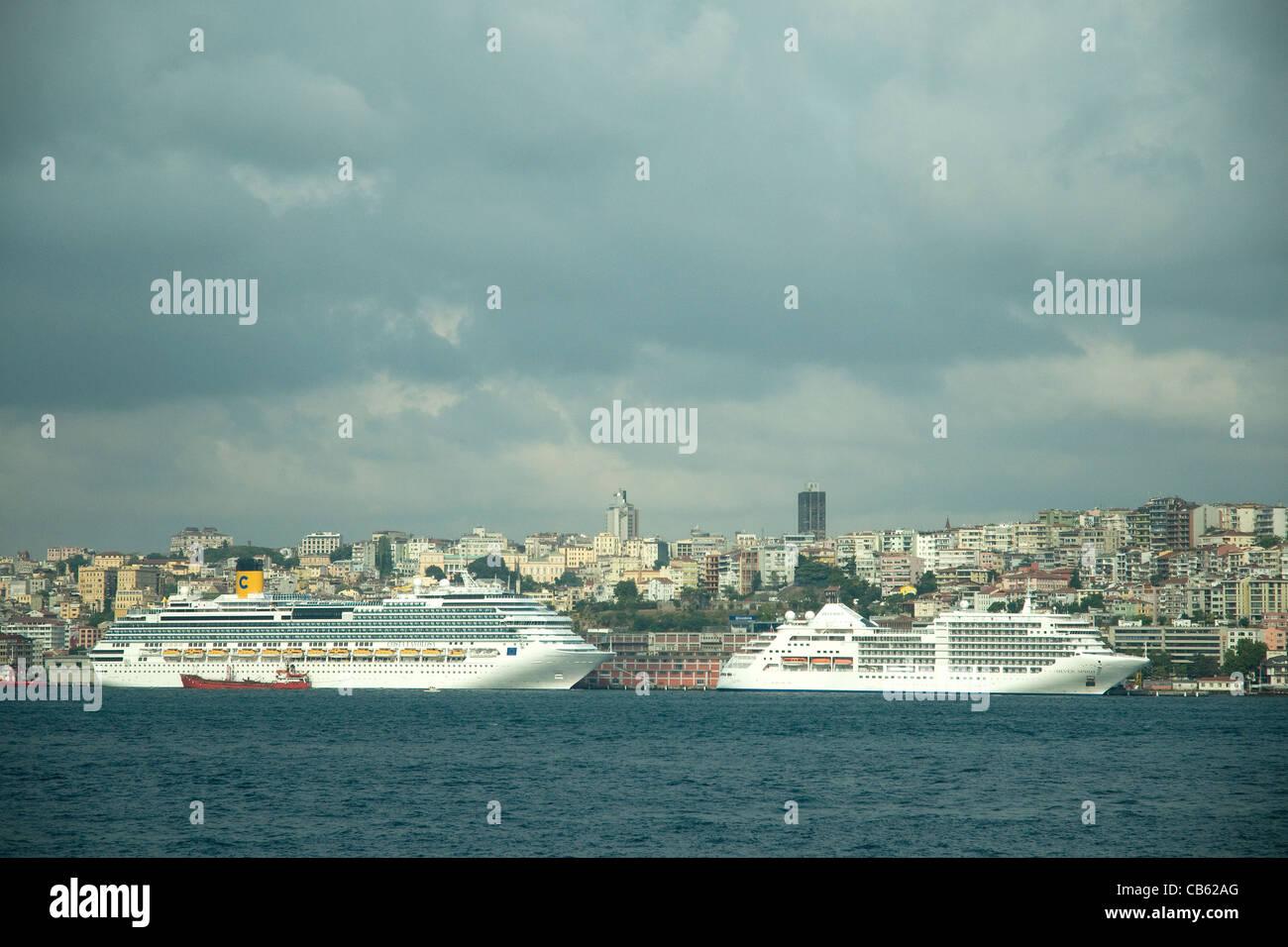 Kreuzfahrtschiffe Linie Istanbuler Hafenviertel, spiegelt die antike Stadt des 21. Jahrhunderts Massentourismus Stockbild