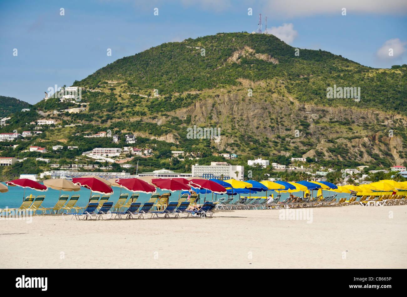 St. Maarten Great Bay Strand mit roten Sonnenschirmen, einem beliebten Badestrand, die Front Street in Philipsburg Stockbild