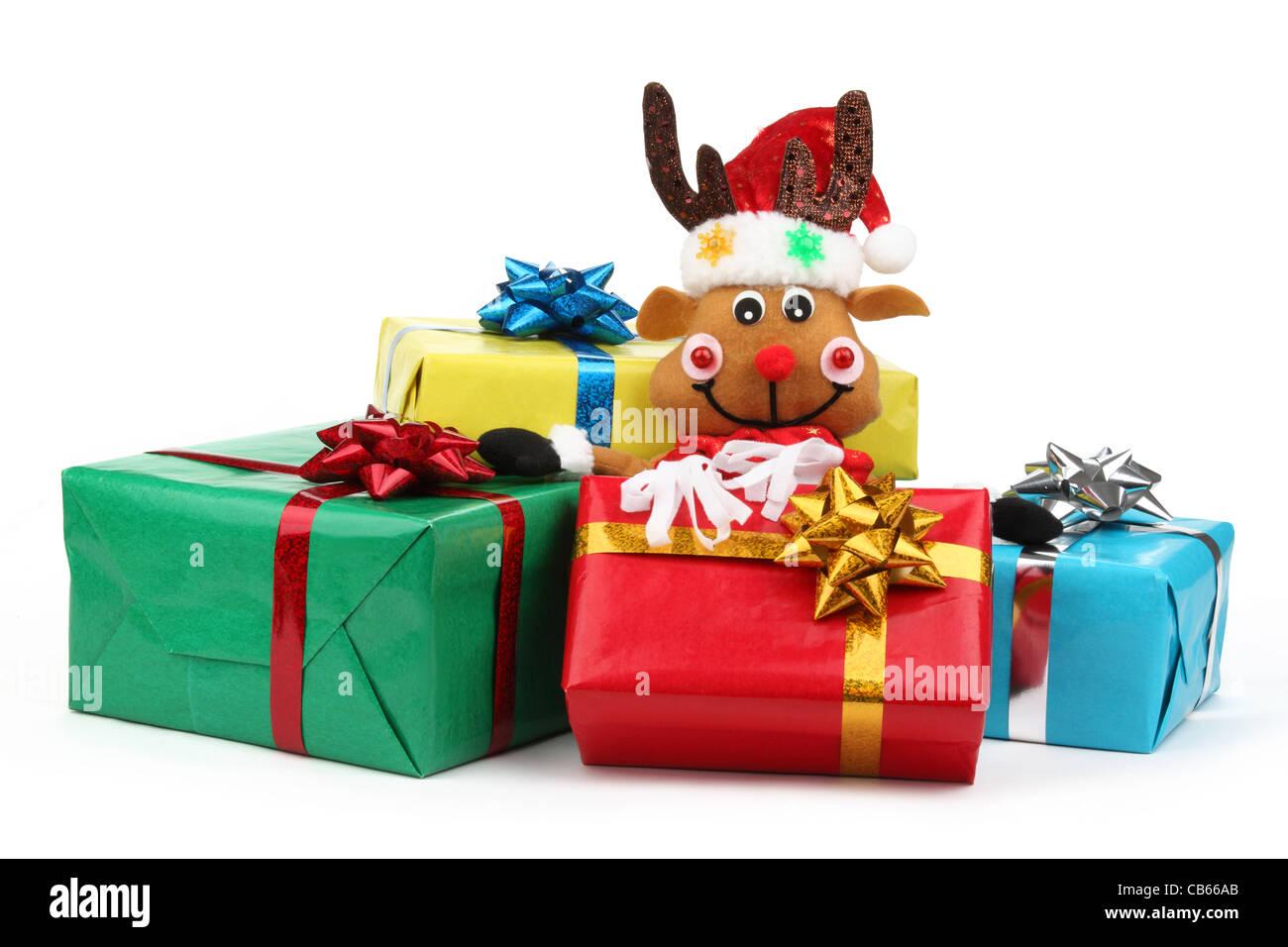 Weihnachtsgeschenke mit niedlichen Spielzeug isoliert auf weiss ...