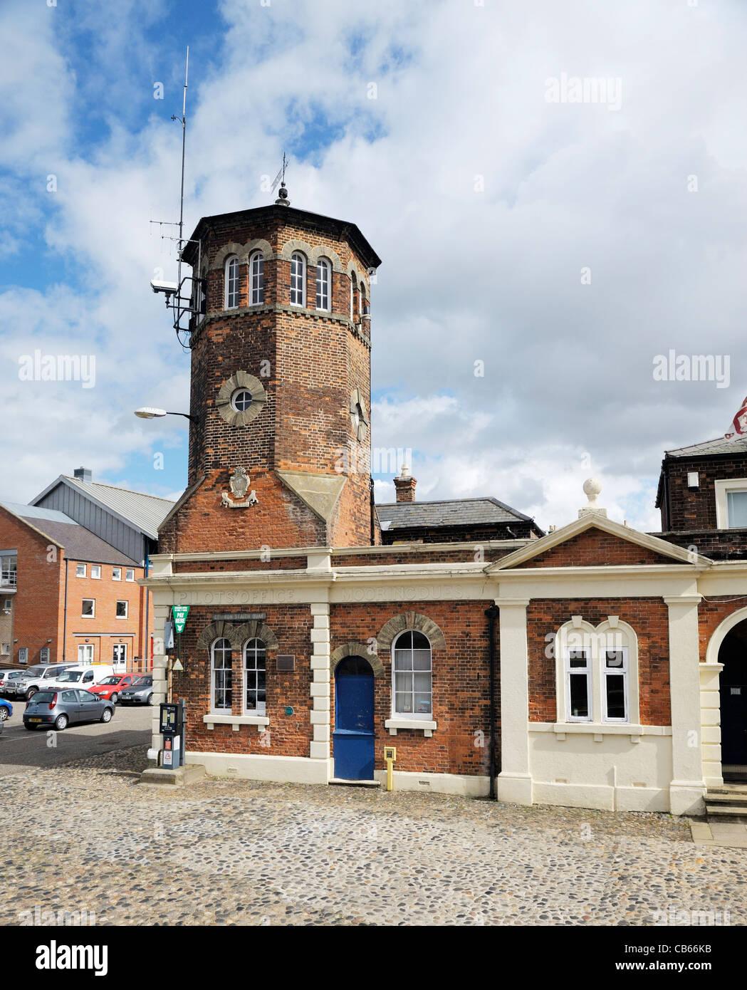 Der Pilot Office und Turm am Ende der Ferry Street im alten Hafen Stadt Kings Lynn, Norfolk, England Stockbild
