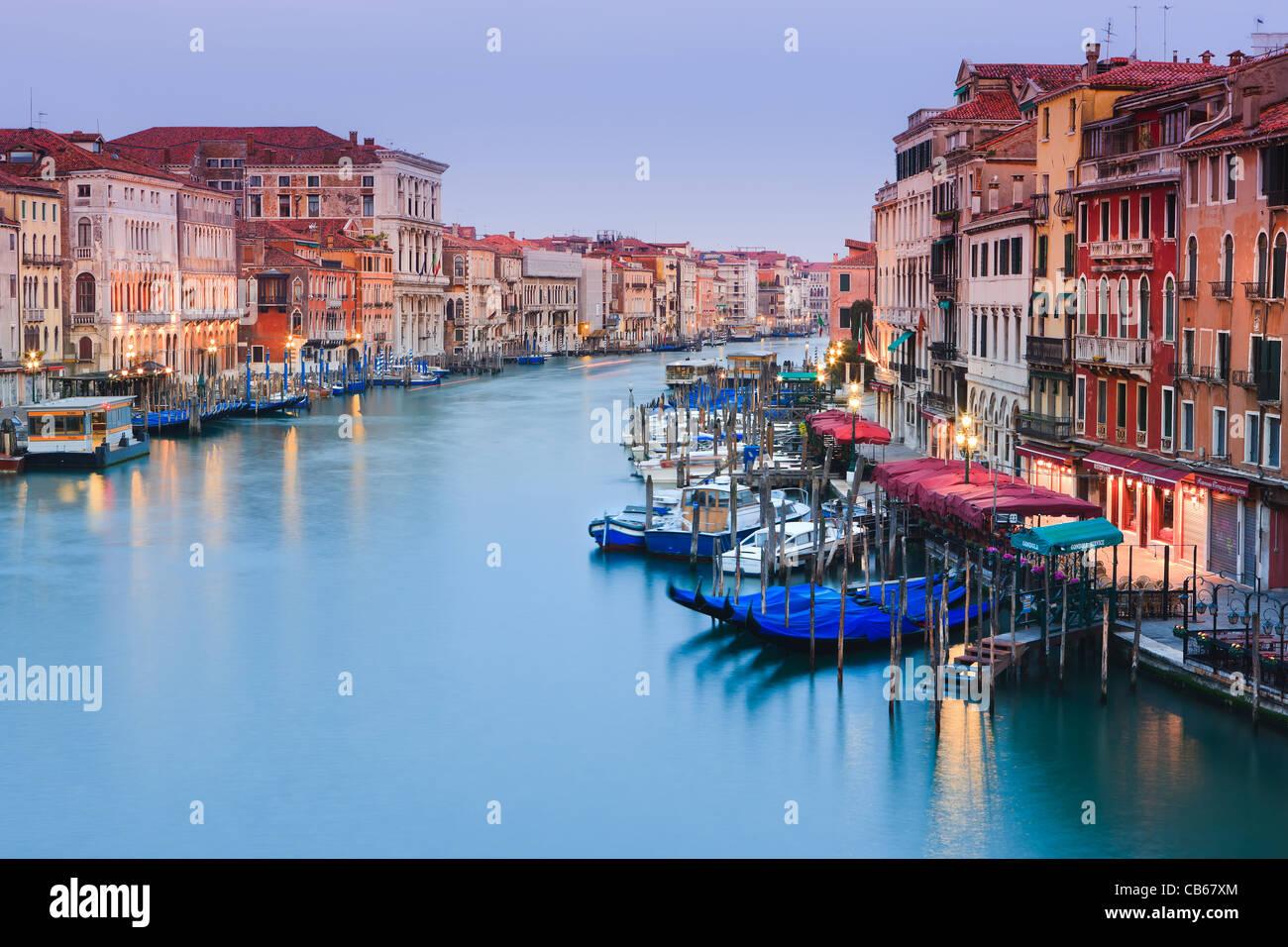 Sonnenaufgang in Venedig von der Rialto-Brücke mit Blick auf den Canal Grande Stockfoto