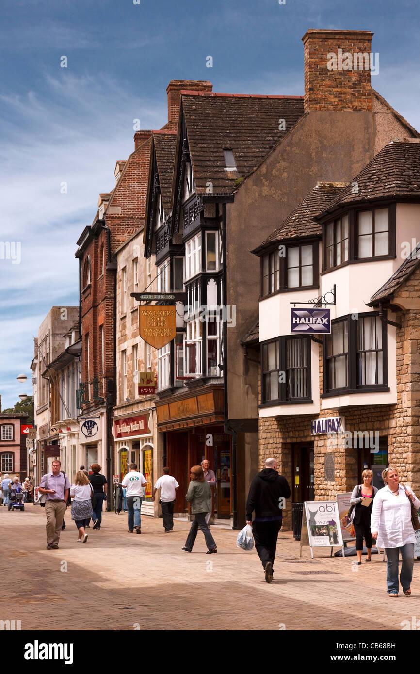 Shopper und traditionellen Ladenfronten in Fußgängerzone High Street, Stamford, Lincolnshire, England, Stockbild