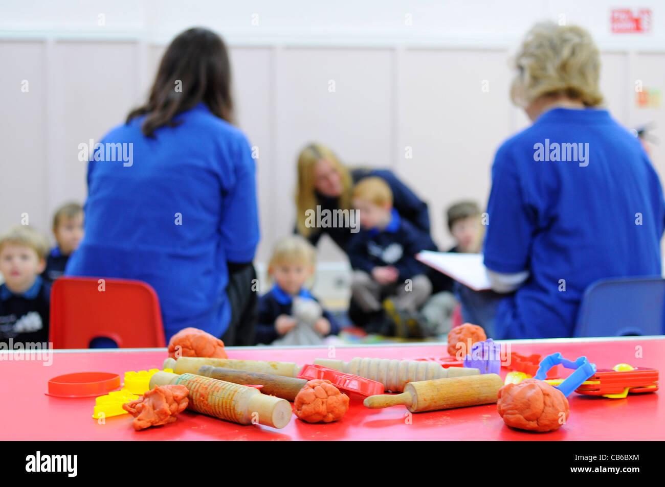 Kindergarten Group UK Kinder und Lehrer mit Aktivität im Vordergrund. Stockbild