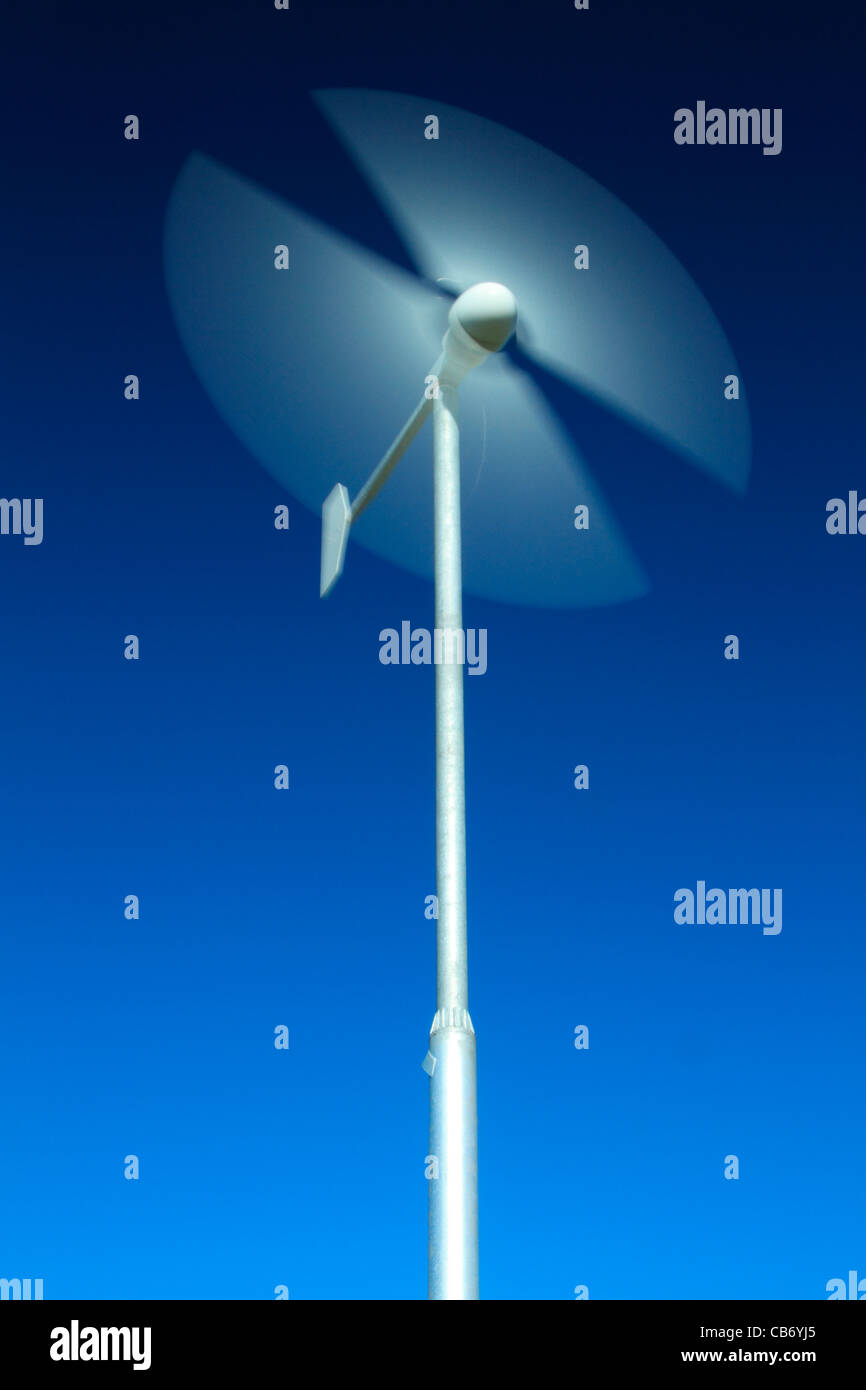Motion Blur von Rotorblättern für Windenergieanlagen Stockbild