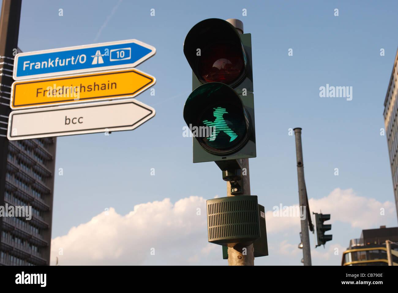 Ein unverwechselbares und etwas frech DDR Stil Fußgängerzone zu Fuß Symbol (Ampelmannchen) in Berlin, Deutschland. Stockfoto