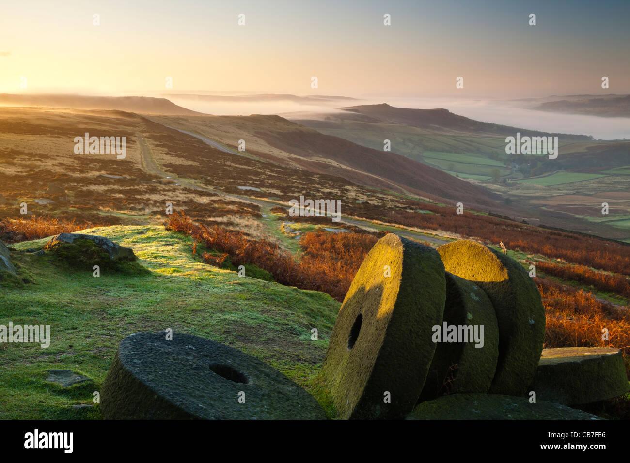 Sonnenaufgang, Stanage Edge Mühlsteine, Peak District National Park, Derbyshire, England, UK Stockbild