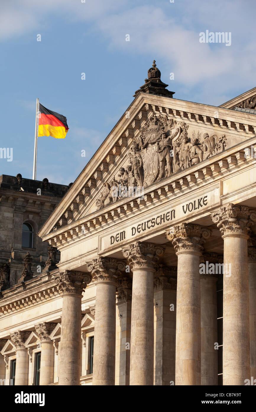Der Reichstag und die deutsche Flagge, Berlin. Stockbild