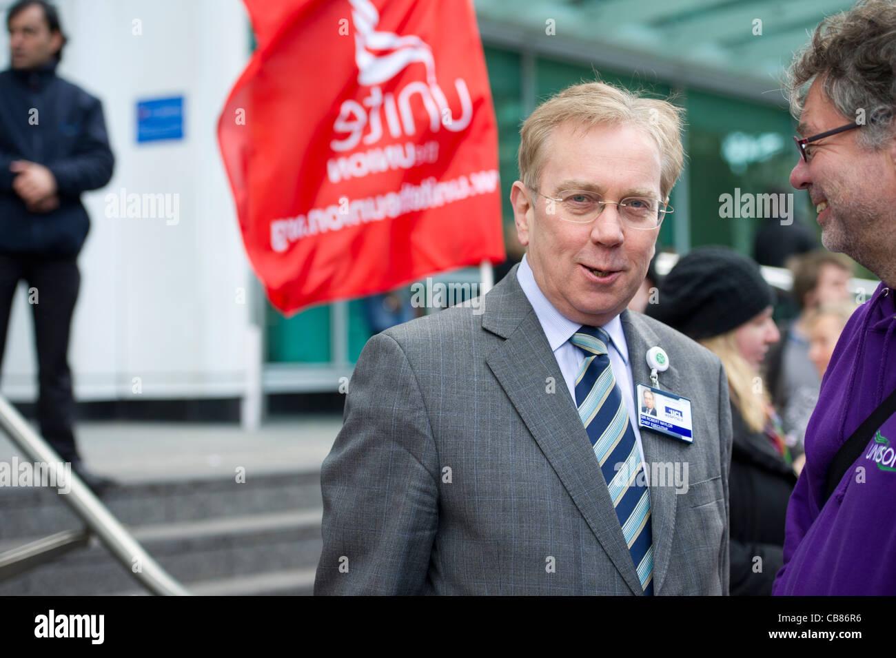 Sir Robert Naylor, Chief Executive des University College London Hospital außerhalb UCH bei Euston am Tag des Stockbild