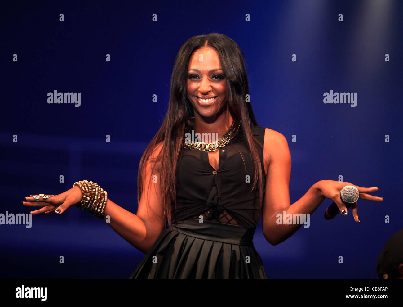 X Factor Gewinner Alexandra Burke startet die sechste Kleidung SHOW LIVE Veranstaltung im NEC in der Nähe von Stockbild