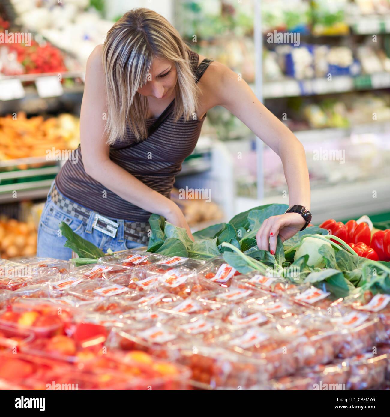 Sch ne junge frau f r obst und gem se in produce abteilung - Obst und gemuseplatte fur kindergarten ...