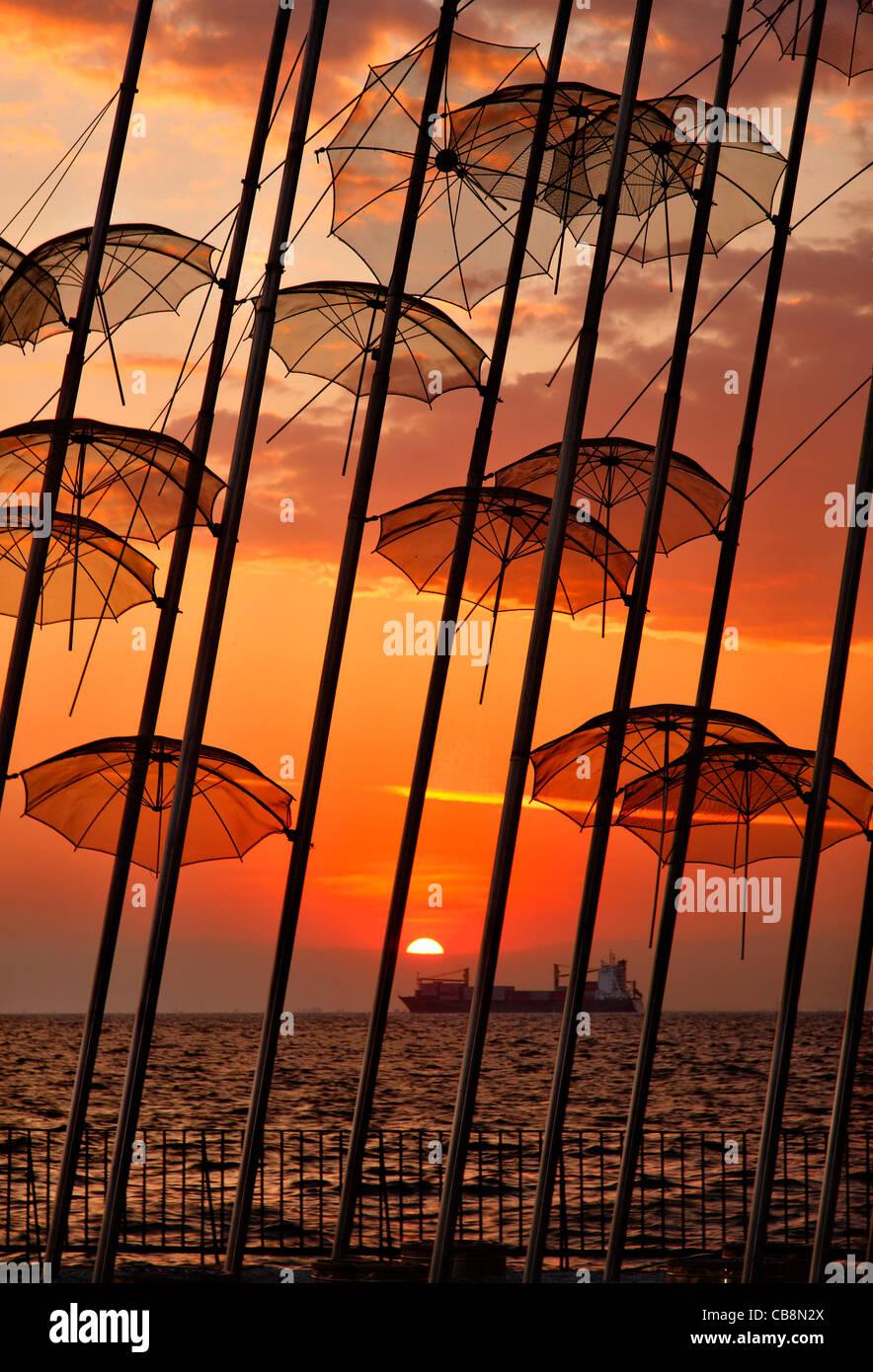 """Griechenland, Thessaloniki.Sunset in """"The Umbrellas', einer künstlerischen Installation von George Stockbild"""