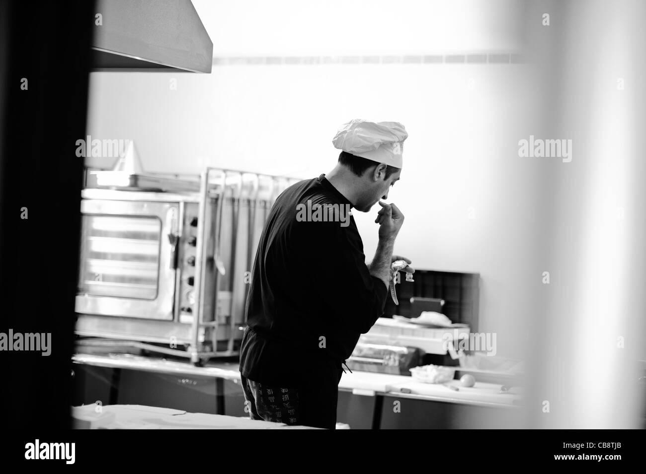 Koch in der Küche Stockbild