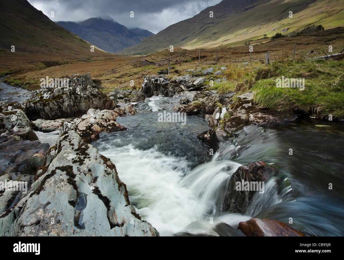 Irische Landschaften, Glenummera River und der Sheffrey-Pass Blick zurück in Richtung zu Glencullin County Stockbild