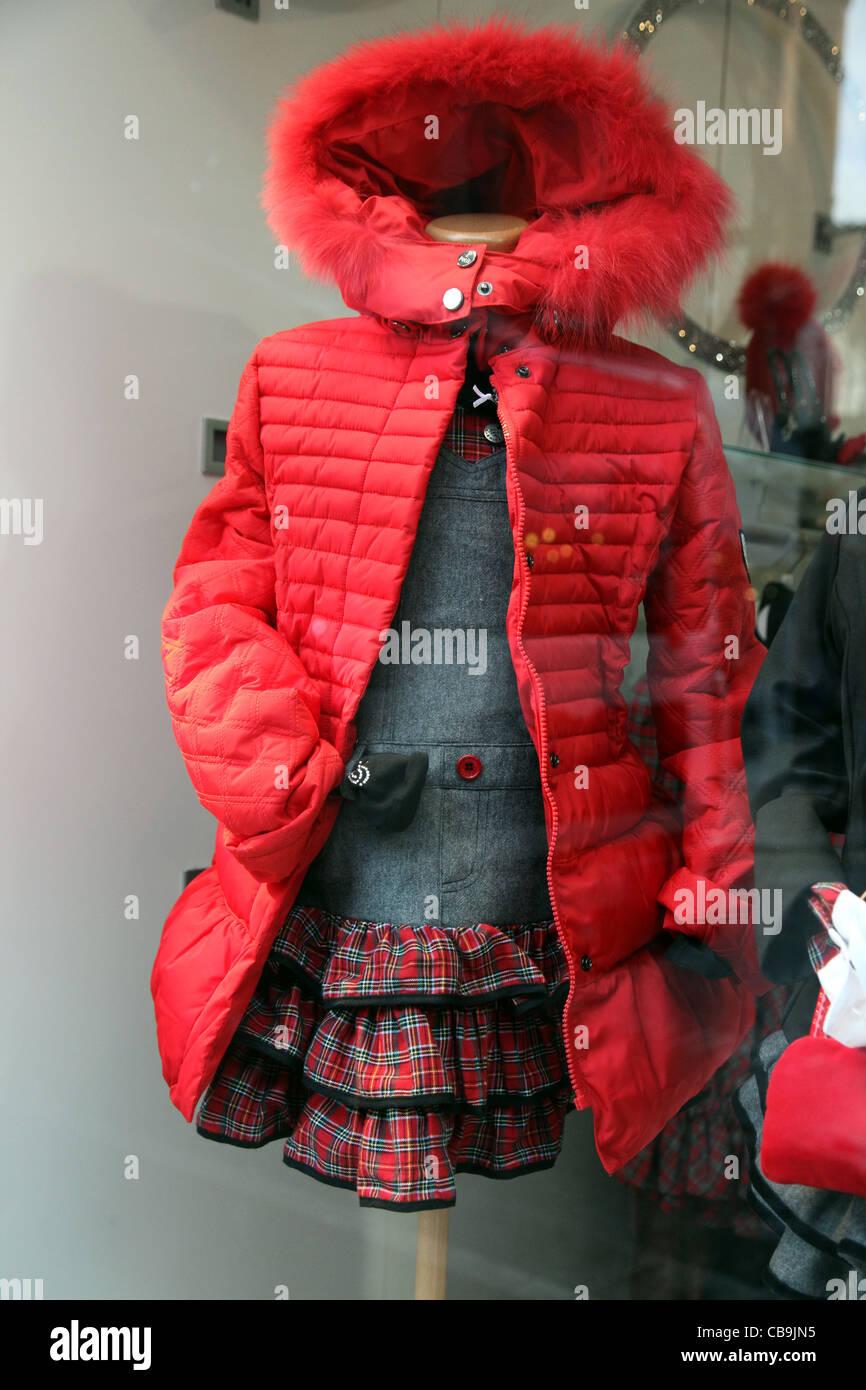 Kleine Mädchen Red Riding Hood Mantel in Weihnachten Schaufenster ...
